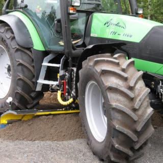 Traktorin alusterä AJO AT 180 levike ulkona
